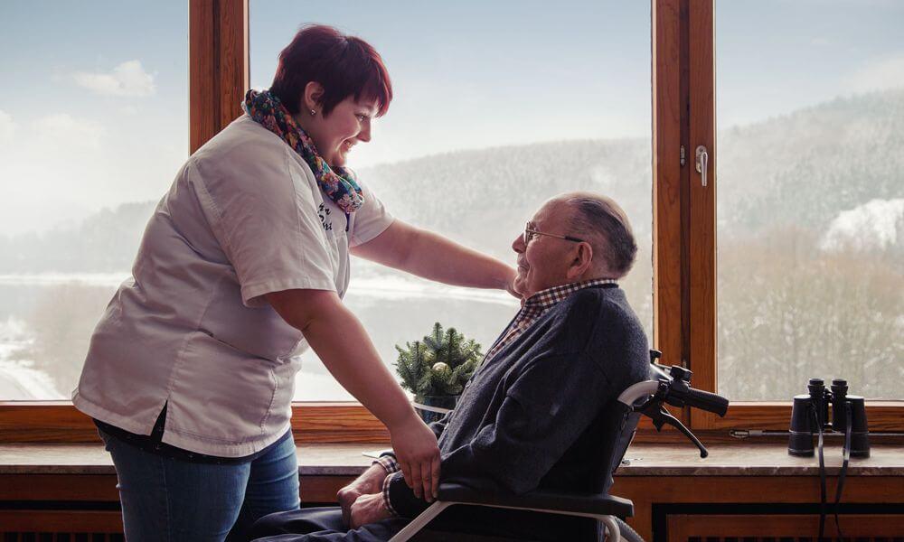 Der Attendorner-Pflegedienst setzt bewusst Prinzipien ein, um das eigenen Körperempfinden der Pflegenden zu schulen. Die Kinästhetik zielt auf eine schonende und zugleich aktivierende Förderung des zu Pflegenden ab.